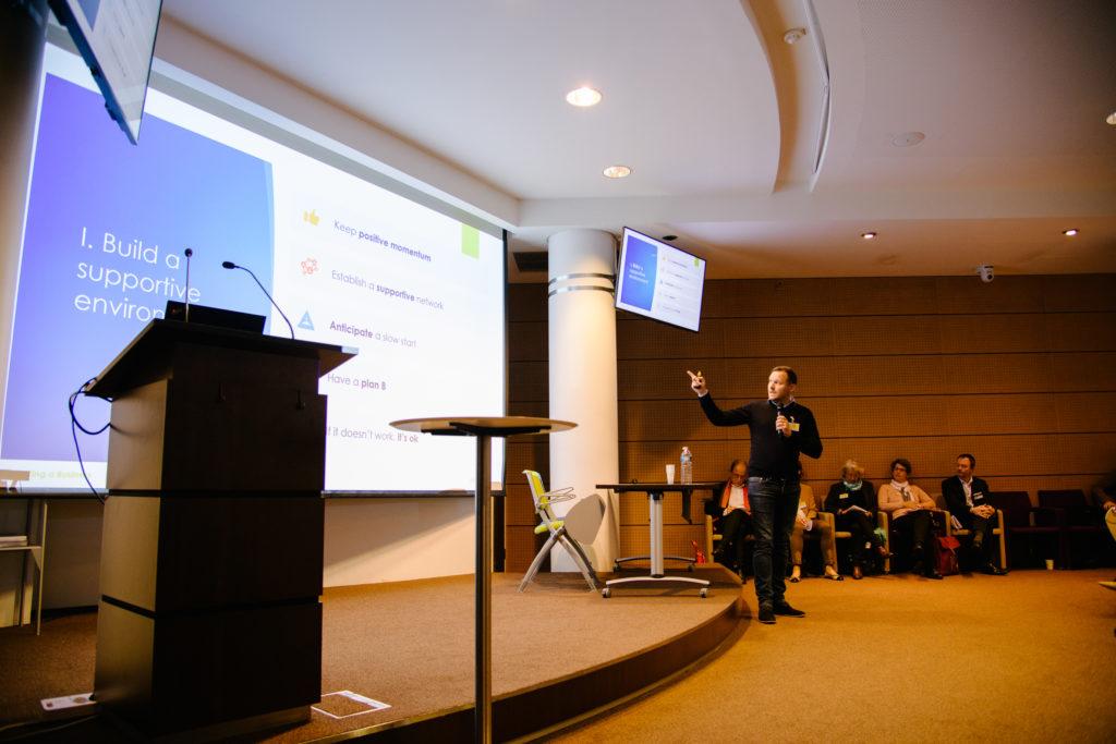 Francois Dekeyser de l'agence Trevad présentant un atelier sur la création d'entreprise